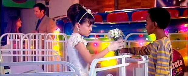 maria joaquina joga flor d ecirilo no chão 3