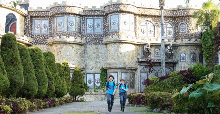 AS AVENTURAS DE POLIANA João e Poliana são os primeiros a encontrar o Castelo de Vetherna
